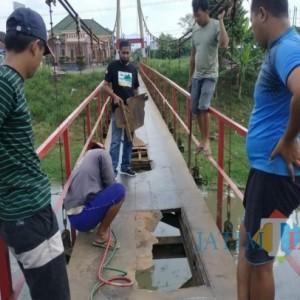 Bukan Dilakukan Pemerintah, Jembatan Gantung Rusak di Tulungagung Ini Diperbaiki Aktivis LSM Kahuripan dan Warga