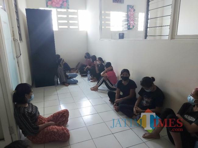 Para calon PMI yang sedang duduk dilantai.