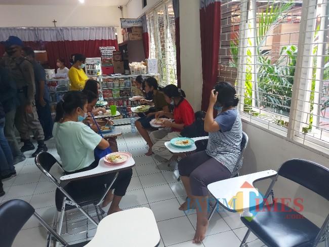 Saat calon PMI menikmati makan siang dengan nasi putih dan sup sayur.