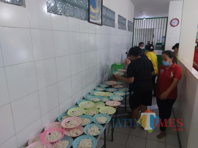 Saat para calon PMI mengantre mengambil piring beserta nasi puti yang disediakan.