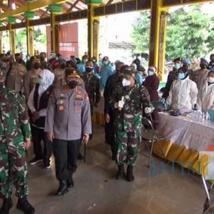 Panglima TNI dan Kapolri Pantau Langsung Vaksinasi Masal di Bangkalan