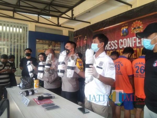 Wakapolres bersama KBO Satreskoba saat menunjukkan barang bukti ganja bersama pelakunya (foto : Moh. Ali Makrus /JemberTIMES)