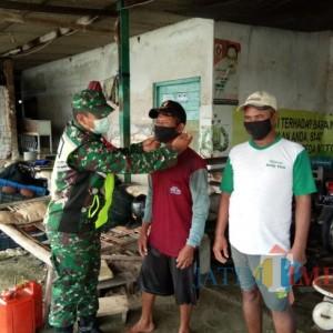 Babinsa Desa Glodog Palang Tuban Ajak Nelayan Gunakan Masker