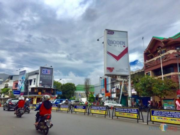 Reklame yang berada di kawasan Alun-Alun Kota Batu. (Foto: Irsya Richa/MalangTIMES)
