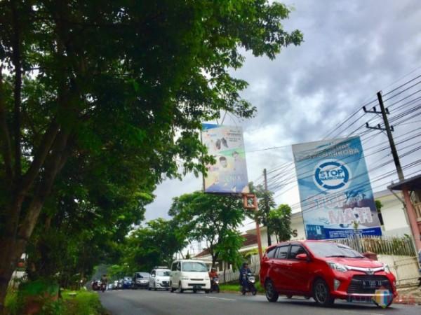 Reklame yang terpasang di Jl Ir Soekarno, Kecamatan Junrejo. (Foto: Irsya Richa/ MalangTIMES)