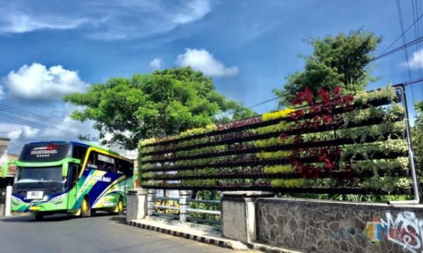 Salah satu vertical garden di Jl Dewi Sartika, Kecamatan Batu. (Foto: Irsya Richa/MalangTIMES)
