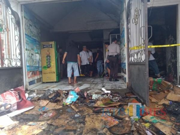 Sebuah Toko Kelontong yang berada di Jalan Ki Ageng Gribig RT 01 RW 01 ludes terbakar, Malang (13/6/2021) (foto: Mariano Gale/Jatim Times)