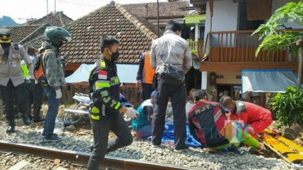 salah satu pria bernama Ernestyo (61), warga RT 09 RW 01 Kotalama, Kedungkandang, Kota Malang terseret KA hingga tewas, Minggu (13/6/2021). (Foto: Mariano Gale)