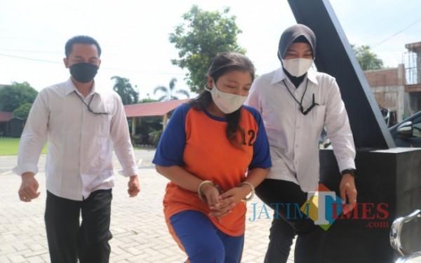 AI (31), mucikari yang menjual PSK di eks lokalisasi Tunggorono, Jombang saat digelandang ke kantor Satreskrim Polres Jombang. (Foto : Adi Rosul / JombangTIMES)