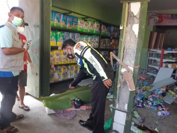 Anggota Satlantas Polres Malang saat melakukan penyelidikan di TKP kecelakaan di Gondanglegi (foto: Satlantas Polres Malang for MalangTIMES)