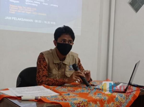 Kepala UPT Badan Pelindungan Pekerja Migran Indonesia (BP2MI) Malang, M Kholid Habibi saat memberikan keterangan kepada awak media, Senin (14/6/2021). (Foto: Hendra Saputra/ MalangTIMES)