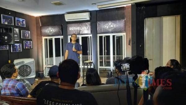 Komika Dzawin Nur Ikram saat open mic di stage Berkelana yang ada di Kota Malang. (Foto: Tubagus Achmad/MalangTIMES)