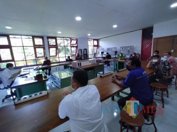 Para dosen saat mengikuti pembelajaran teori mengenai elektronika di BBPPMPV BOE Malang (Anggara Sudiongko/MalangTIMES)