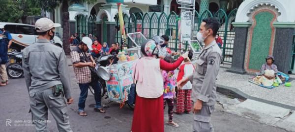 Personel Satpol PP Kota Malang saat melakukan penertiban protokol kesehatan pencegahan covid-19 di kawasan Alun-Alun Kota Malang. (Foto: Istimewa).
