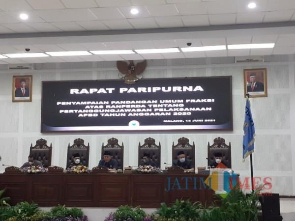 Rapat Paripurna Penyampaian Pendangan Umum Fraksi Atas Ranperda Tentang Pertanggungjawaban Pelaksanaan APBD Tahun Anggaran 2020, di Ruang Sidang Paripurna DPRD Kota Malang, Senin (14/6/2021). (Arifina Cahyanti Firdausi/MalangTIMES).
