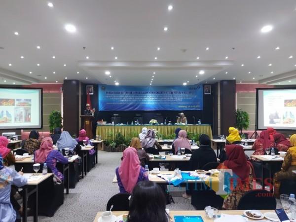 Saat pemateri Kristiawan memberikan materi pengembangan kapasitas pelaku UKM di era milenial kepada kelompok UPPKA di agenda Dinsos-P3AP2KB Kota Malang, Senin (14/6/2021). (Foto: Tubagus Achmad/MalangTIMES)