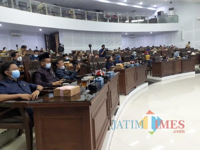 Suasana Rapat Paripurna di Ruang Sidang Paripurna DPRD Kota Malang, Senin (14/6/2021). (Arifina Cahyanti Firdausi/MalangTIMES).