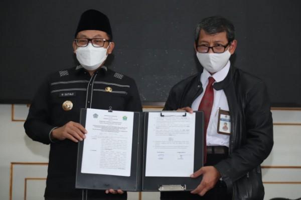 Wali Kota Malang Sutiaji bersama Kepala Kantor Wilayah Ditjen Perbendaharaan Provinsi Jawa Timur Taukhid saat penandatanganan MoU, Senin (14/6/2021). (Foto: Humas Pemkot Malang)