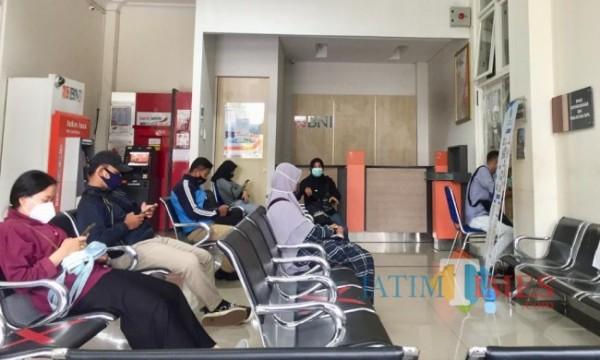 Warga yang sedang menunggu mengurus administrasi di kantor Dinas Kependudukan dan Catatan Sipil (Dispendukcapil) Kota Batu. (Foto: Irsya Richa/MalangTIMES)