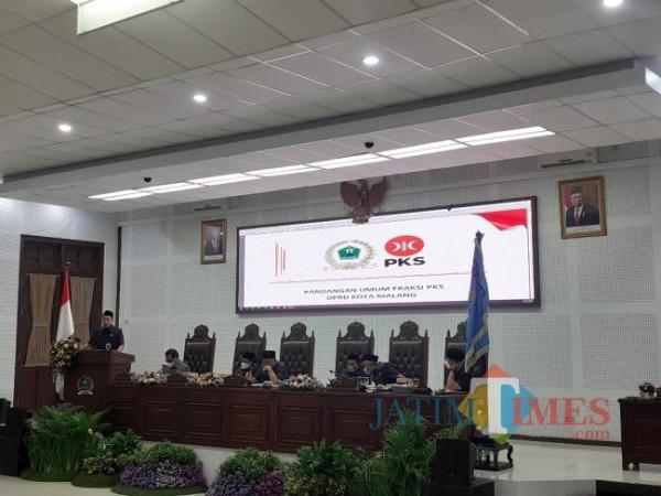 Anggota Fraksi PKS DPRD Kota Malang, Akhdiyat Syabril Ulum (paling kiri) saat pemaparan Pandangan Umum Fraksi terkait pertanggungjawaban pelaksanaan APBD Kota Malang tahun anggaran 2020, di ruang sidang paripurna DPRD Kota Malang. (Arifina Cahyanti Firdausi/MalangTIMES).
