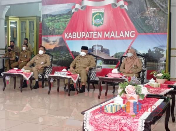 Bupati Malang HM Sanusi (tengah) saat menghadiri pertemuan virtual penghargaan Nirwasita Tantra dari KLHK (Hendra Saputra/MalangTIMES)