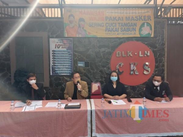 Kuasa Hukum BLK-LN PT CKS Gunadi Handoko bersama Kepala Cabang Malang PT CKS Maria Imelda Indrawati Kesuma saat menggelar konferensi pers, Selasa (15/6/2021). (Foto: Tubagus Achmad/ MalangTIMES)