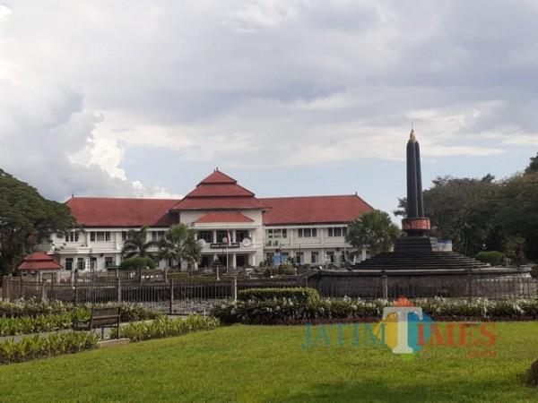 Lanscape keindahan Taman Alun-Alun Bundar Kota Malang Dengan Latar Belakang Balai Kota Malang sebagai bangunan Cagar Budaya (Arifina Cahyanti Firdausi/MalangTIMES).