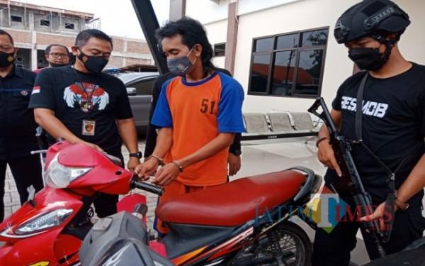 Pelaku curanmor saat mempraktikkan cara mencuri sepeda motor. (Foto : Adi Rosul / JombangTIMES)