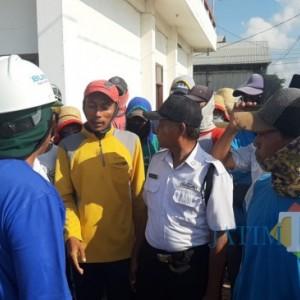 Upah Dipotong Tanpa Kejelasan, Ratusan Buruh PT Garam Gelar Aksi Mogok Kerja