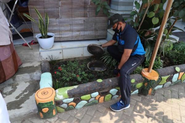Tenaga fasilitator lapangan sanitasi Kota Malang Agung Widayanto saat memeriksa salah satu saluran instalasi pengolahan air limbah (IPAL) yang berada di Pondok Pesantren Al-Umm, Rabu (9/6/2021). (Foto: Humas Pemkot Malang)