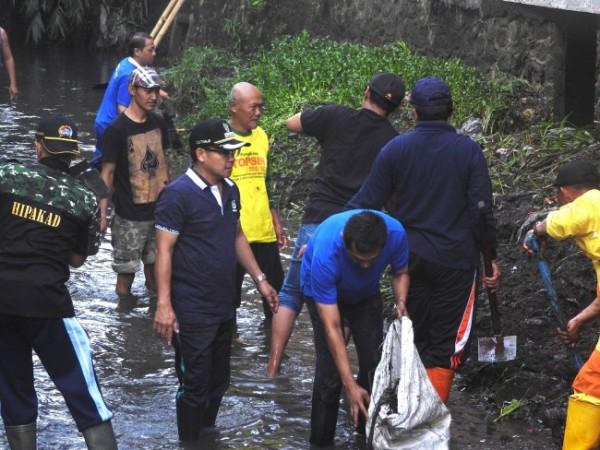 Wali Kota Malang Sutiaji (bertopi hitam) saat melakukan kegiatan Gerakan Angkat Sampah dan Sedimen (GASS) di Kota Malang saat sebelum pandemi Covid-19. (Foto: Istimewa).