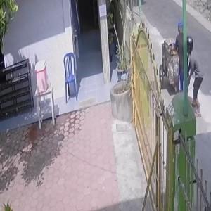Tega Banget, Pemulung Tua Stroke ini Malah Dijambret, Pelaku Terekam CCTV