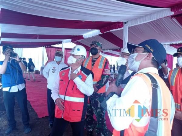 Bupati Malang HM Sanusi saat melihat denah Embung Peniwen (foto: Hendra Saputra/MalangTIMES)