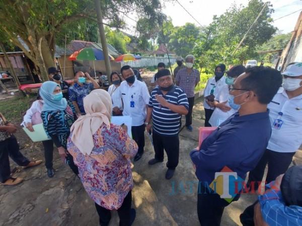 Situasi pemeriksaan setempat yang dilakukan oleh Pengadilan Negeri Kota Malang dengan mempertemukan pihak tergugat dan penggugat di lokasi tanag sengketa, Rabu (16/6/2021). (Foto: Tubagus Achmad/MalangTIMES)