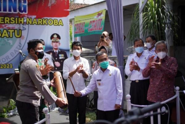 Wakil Wali Kota Batu, Punjul Santoso, bersama dengan Kapolres Batu dan BNN meresmikan Kampung Tangguh Bersinar (bersih narkoba) Pendem, di Desa Pendem, Rabu (16/6/2021) (foto istimewa)