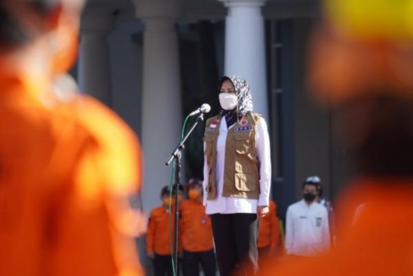 Wali Kota Batu, Dewanti Rumpoko pimpin apel gelar pasukan dalam rangka siaga darurat bencana tahun 2021 di wilayah Kota Batu, di Lapangan Timur Balaikota Among Tani, Rabu (16/6/2021) (foto istimewa)