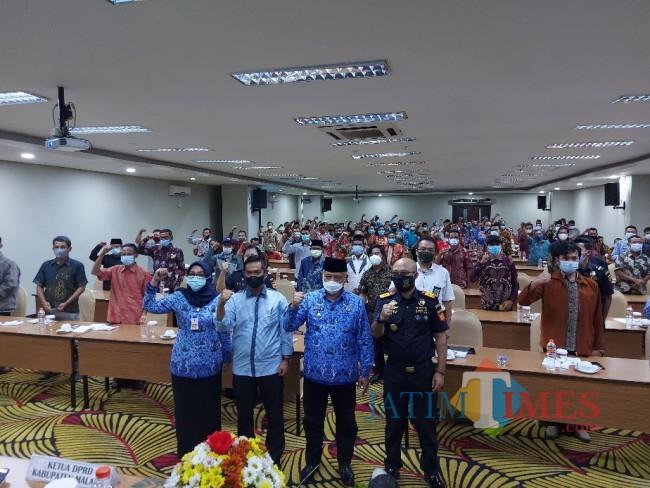 Foto bersama Bupati Malang HM Sanusi, Kepala Bea Cukai Malang Latif Helmi, Ketua DPRD Kabupaten Malang Darmadi dan Kadiskominfo Kabupaten Malang Aniswaty Aziz.