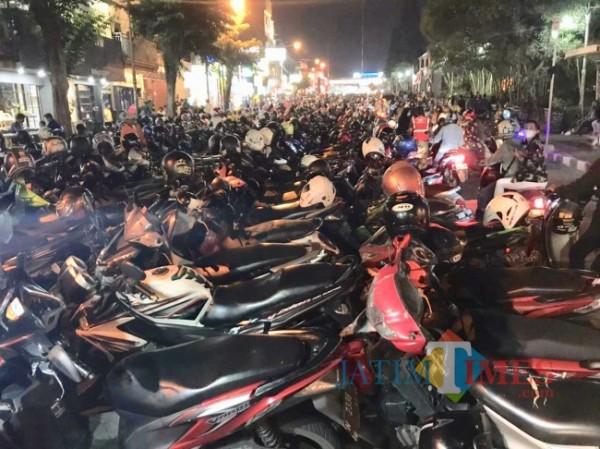 Kepadatan parkir roda dua di Alun-Alun Kota Batu. (Foto: Irsya Richa/MalangTIMES)