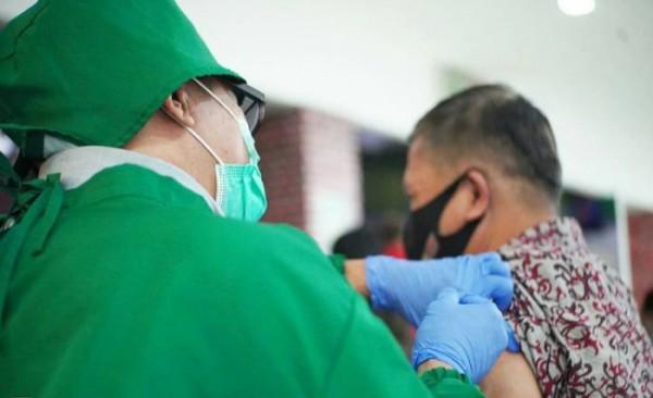 Tenaga kesehatan saat menyuntikkan vaksinasi covid-19 di Kota Batu.