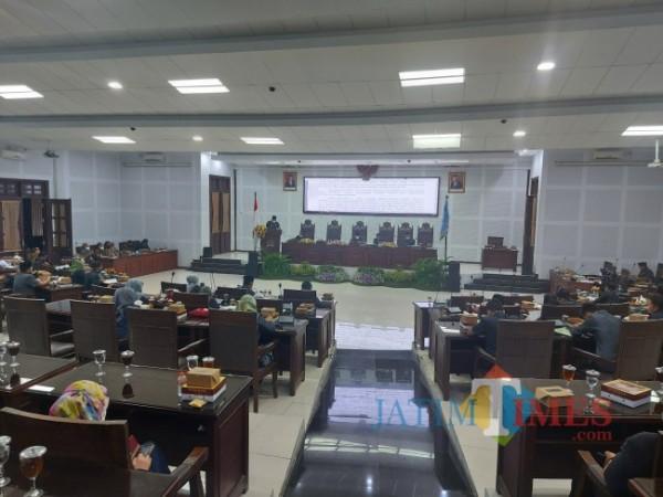 Wali Kota Malang Sutiaji saat menjawab pandangan umum fraksi di DPRD Kota Malang, Kamis (17/6/2021). (Foto: Tubagus Achmad/MalangTIMES)