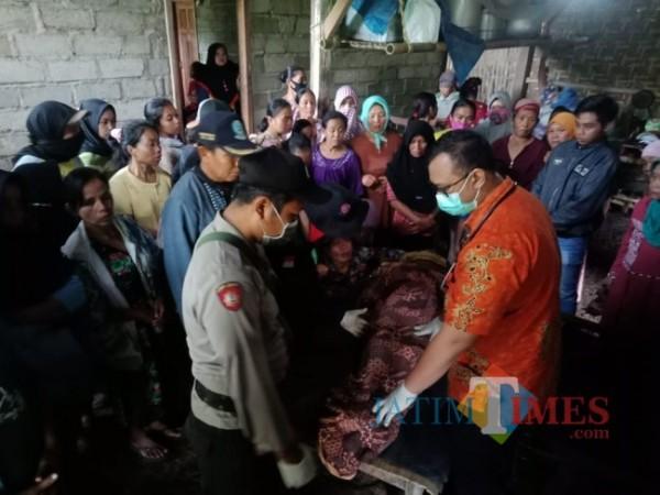 dr Bobby dari PKM Licin saat menangani korban tanah longsor  di Desa Pakel, Kecamatan Licin, Banyuwangi (Istimewa)