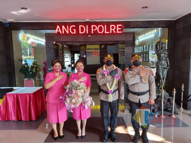 Kapolresta Malang Kota AKBP Budi Hermanto saat foto bersama Wakapolresta Malang Kota AKBP Totok Mulyanto Diyono.