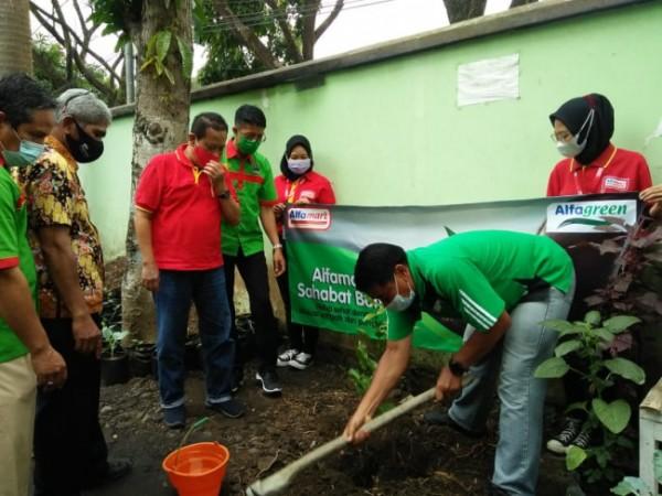 Mantan Sekretaris Daerah Kota Malang dan juga Pembina Kader Lingkungan Kota Malang Wasto ketika bersama Alfamart menanam pohon buah di Kantor Kecamatan Lowokwaru, Kota Malang, Jumat (18/6/2021). (Foto: Dok. Alfamart)
