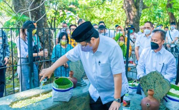 Menko Perekonomian Airlangga Hartarto ziarah Eyang Kakung (Foto: Dok Kementerian)