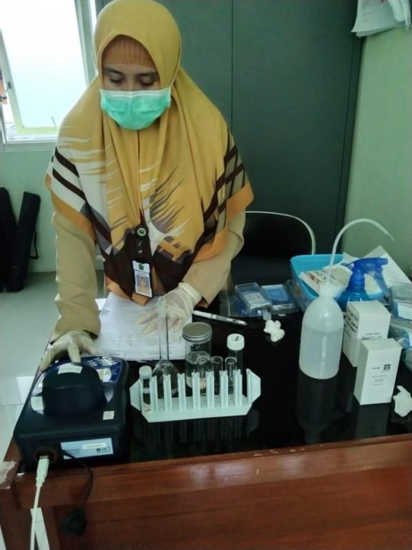 Petugas Dinkes yang tengah melakukan pengecekan di laboratorium (Ist)