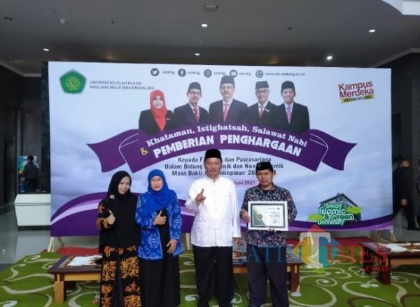Rektor UIN Maliki Malang Prof Abdul Haris (dua dari kanan) saat berfoto bersama dengan Dekan Fakultas Psikologi Dr Siti Mahmudah MSi (baju biru)(Anggara Sudiongko/MalangTIMES)