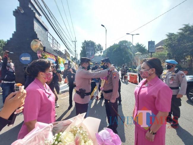 Wakapolresta Malang Kota AKBP Totok Mulyanto Diyono saat mengalungkan bunga kepada Kapolresta Malang Kota AKBP Budi Hermanto.
