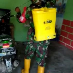 Cegah Penyebaran Covid-19, Babinsa Kenongosari Soko Tuban Semprotkan Disinfektan ke Rumah Warga