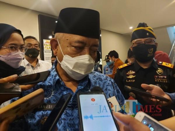 Bupati Malang Muhammad Sanusi saat ditemui awak media usai menghadiri sosialisasi gempur rokok ilegal. (Foto: Tubagus Achmad/MalangTIMES)