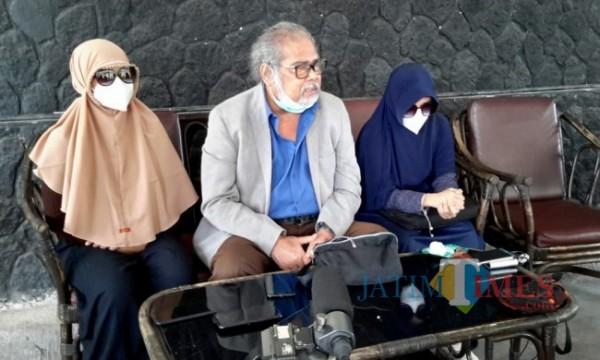 Ketua umum Komnas PA Arist Merdeka Sirait bersama dua korban saat berada di Dendeng Ontong Cafe, Kecamatan Batu, Kota Batu. (Foto: Irsya Richa/MalangTIMES)